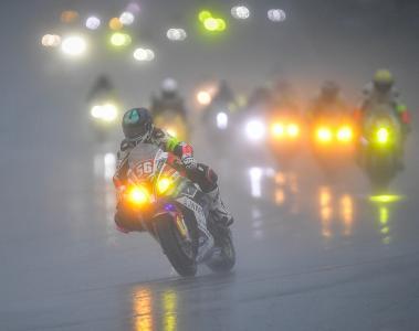 Das Rennen wurde von monsunartigen Regen begleitet und musste mehrmals unterbrochen werden