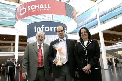 Paul E. Schall (l.) und seine Frau Bettina Schall (r.), beide Geschäftsführer der P. E. Schall GmbH und Co. KG, ehren den 500.000sten Messebesucher Kornel Barna (Mitte)