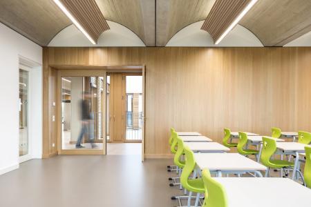 Grundschule Feiham, Klassenzimmer perforiertes Eichefurnier in geplankter Optik Bildnachweis: Rainer Taepper Architekturfotografie