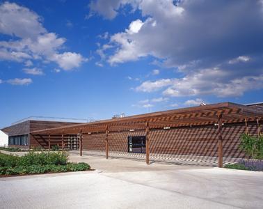 Diese Holzfassade des neu erbauten Gartenbauamtes in Wien wurde mit GreyExpress behandelt und wirkt gleichmäßig edel vergraut