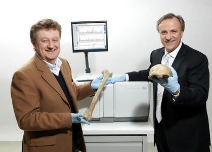 Professor Wolfgang Heckl, Deutsches Museum, und Dr. Thomas Baier, Roche, mit Neandertaler Fossilien aus dem Deutschen Museum