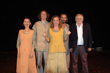 """Albert Ziegler, Vorsitzender der Nürnberger Tafel (rechts), mit Schauspielern aus dem """"Ronja Räubertochter""""-Ensemble. Gemeinsam freute man sich über den Erfolg der Sondervorstellung, die von der Nürnberger SELLBYTEL Group finanziert wurde, um den Kunden der Tafel einen Nachmittag im Theater zu ermöglichen."""