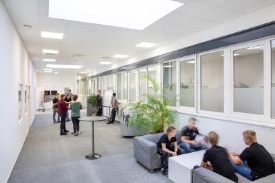Die WITTENSTEIN talent arena: Innenaufnahmen Werkstatt-, Schulungs-, Besprechungs- und Pausenbereiche / Bildquelle: WITTENSTEIN SE