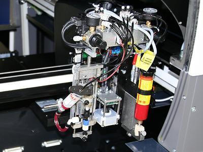 Die FLX2011-MK fixiert die Folien und Flexboards während der Produktion auf einem Vakuumtisch.