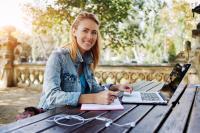 Ein Onlinestudium eignet sich auch für Schulabgänger und bringt viele Vorteile mit sich, Foto: Shutterstock