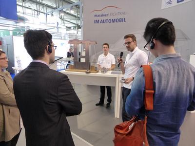 Am Thema Leichtbau interessierte Besucher bei den Massivumformern auf der Hannover Messe 2014