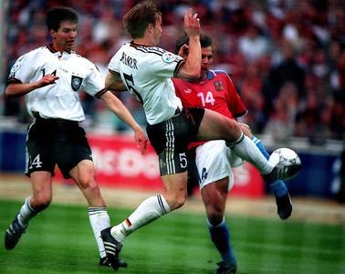 Europameister Thomas Helmer im Zweikampf mit Patrick Berger während des Endspiels der UEFA EURO 1996 in England
