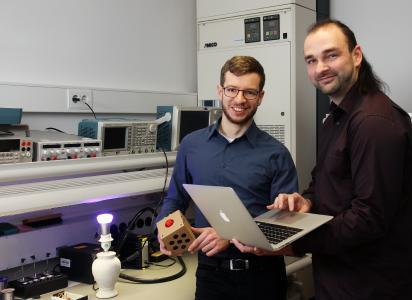 Johannes Kölsch (li.) und Christopher Heinz arbeiten daran, Geräte unterschiedlicher Hersteller einfacher zu vernetzen (Foto: TUK/Thomas Koziel)