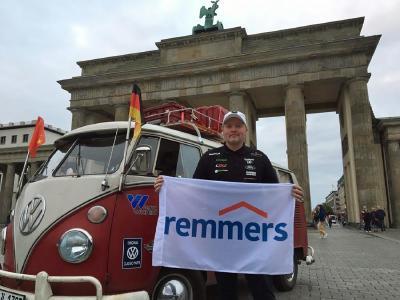 Joey Kelly startete am Brandenburger Tor in Berlin Mitte Juli 2019 in Richtung Peking / Bild: Remmers, Löningen