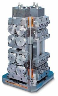"""ein """"Monoblock DUO 4x90 Grad"""" mit 32 runden Werkstücken, mit """"schwimmenden"""" Zwischenbacken gespannt"""