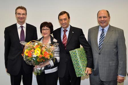Karlheinz Reitze (links) sowie Firmeninhaber Dr. Ulrich Stiebel (rechts) sagten Dank und gratulierten Ingeborg und Wolfgang Marker