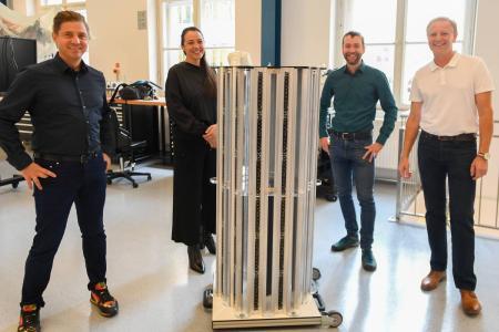 """Von links: Gerald Kohler, Felicitas Kohler, PLANLICHT, Ronald Stärz, Harald Schöbel, MCI mit """"seTUBE Gondola"""" Prototyp. Foto: MCI Planlicht/Spiess"""