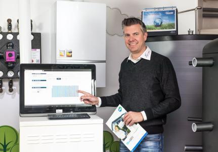 BlueGEN aus Überzeugung: BlueGEN Partner Guido Schaefer im Ausstellungsraum seines Unternehmens im rheinischen Alsdorf, installiert den BlueGEN nicht nur bei seinen Kunden. Er selbst speist damit über Nacht seinen e-Fuhrpark