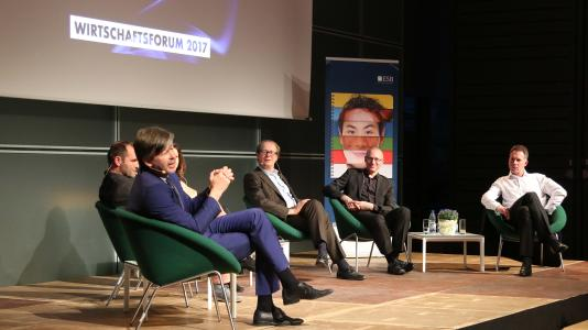Die Experten auf dem Podium (von links nach rechts): Dr. Helmut Wlasak, Jürgen Scholz, Moderatorin Dr. Andrea Despot, Justus Haucap, Georg Wurth, Dr. Tim Pfeiffer-Gerschel