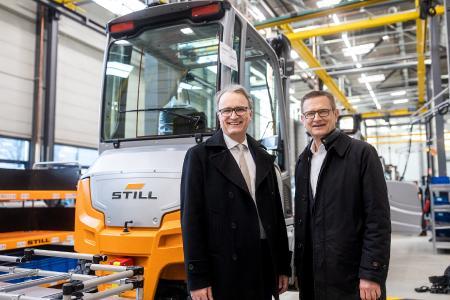 Staatsrat Andreas Rieckhof (l.) gratuliert STILL Geschäftsführer Thomas A. Fischer zum 100-jährigen Jubiläum / Foto: STILL GmbH