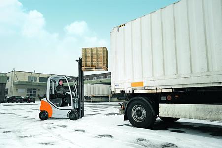 STILL Dieselstapler_RX 70-16 im Außeneinsatz LKW-Beladung