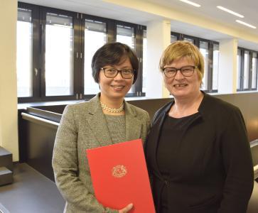 Prof. Dr. Suzette Viterbo Suarez (links) mit Rektorin Prof. Dr. Karin  Luckey nach ihrer Ernennung, Foto: Hochschule Bremen / Sascha Peschke