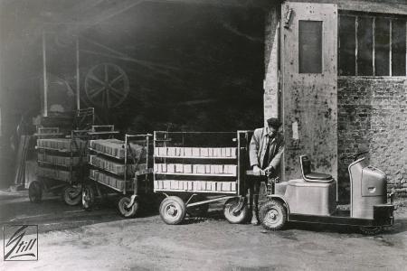 Erfahrener Partner für intelligente Intralogistiklösungen: Bereits in den fünfziger Jahren stellte STILL mit dem Dreirad-Schlepper Muli-Mobil die Weichen für den Erfolg als Systemanbieter für Schlepper und Routenzüge / Foto: STILL GmbH