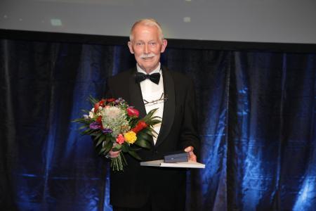 Glücklicher Preisträger: Eckhard Bluhm, Gründer und Geschäftsführer der BluhmWeber Group. Foto - Boris Löffert, Bildquelle: Oskar-Patzelt-Stiftung