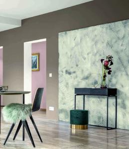"""Carbon-Schwarz """"Nerone 5"""", warmes Rosé, Brauntöne sowie kühle Grünnuancen charakterisieren die Farbwelt 1, """"Die Elegante"""" genannt (Foto: Caparol Farben Lacke Bautenschutz GmbH)"""