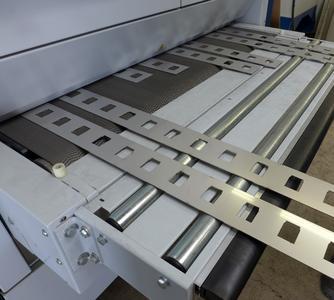 Bild 6: Das maschineneigene Transportband führt die zu bearbeitenden Platinen durch die SMD 545