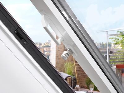 """Eine spezielle Verriegelung mit gesondertem Knauf sorgt dafür, dass """"Aussteiger"""" sich beim Genuss der Dachterrasse nicht versehentlich selbst ausschließen (Foto: LiDEKO / Amelingmeyer Metallbau, Osnabrück)"""