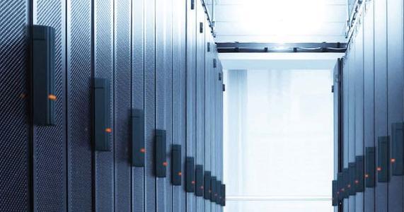 Die intelligente Verriegelungslösung für Racktüren regelt, wer Zugang zu IT-Geräten im Rack hat und wer nicht.