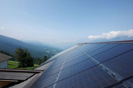 Optische Glanzleistung auf italienischen Dächern: Ein neues Indachsystem von SOLARWATT ersetzt die Dacheindeckung mit Dachziegeln durch leistungsstarke Solarmodule / Es hilft Kosten zu sparen und halbiert die Installationszeit