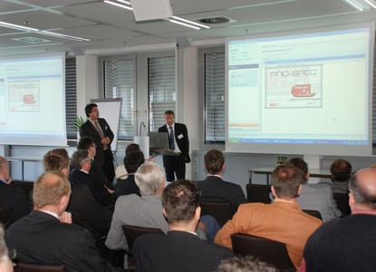 Bild 3: Oliver Hadasch (Rösberg) und Michael Marshall-Brusius (Pepperl+Fuchs) erläutern den Workflow zwischen dem CAE-System PRODOK und den verschiedenen Konfiguratoren und Selektoren der Hersteller.