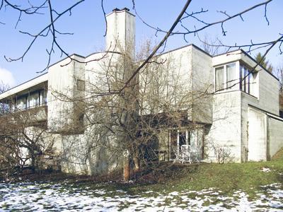 Das kürzlich energetisch sanierte Schweizer Architektenhaus von Dr. Pierre Levis in Zumikon wurde so konzipiert, dass es keine CO2-Emissionen verursacht