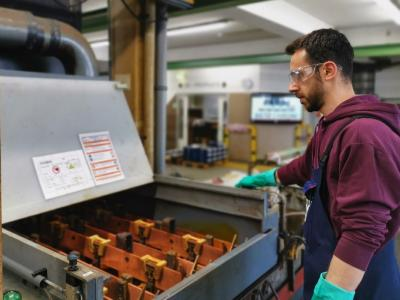 Ein Mitarbeiter von Betz-Chrom bedient ein Chrombad, in dem Teile für die Luftfahrtindustrie veredelt werden / Bild: Betz-Chrom GmbH