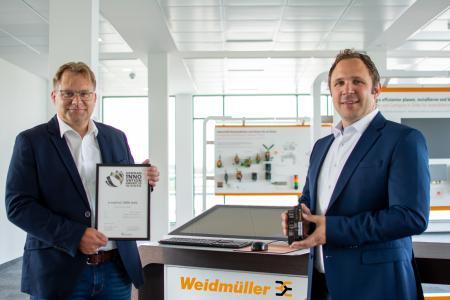 Andreas Hoffmann, Leiter der Business Unit u-mation und Industrial Ethernet (li.), und Benjamin Wind, strategischer Produktmanager (re.), freuten sich in Detmold über die Auszeichnung mit dem German Innovation Award 2020