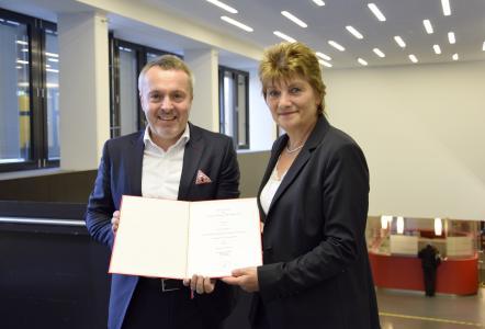 Prof. Dr. Lars Büttner und Kanzlerin Christiane Claus bei der Übergabe der Ernennungsurkunde, Foto: Hochschule Bremen / Sascha Peschke