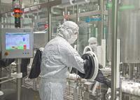 Handschuheingriffssystem: In der sterilen Fertigung wird durch das von Teva gewählte Handschuheingriffssystem der Kontakt von Mitarbeitern mit dem offenem Produkt nahezu vollständig vermieden
