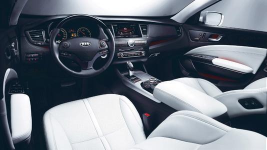 Im Innenraum der neuen Kia Luxuslimousine K9 geht es ausgesprochen nobel zu. Eine Nähe zum BMW-7er-Flaggschiff ist unverkennbar (Foto: Kia)