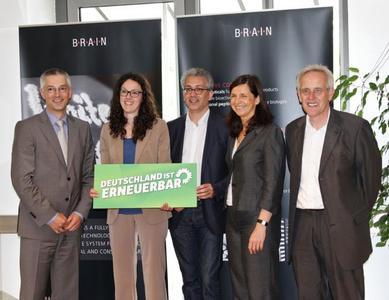 """Abstimmung wirtschaftspolitischer Themen zwischen Wirtschaft und Politik. Bei dem Slogan """"Deutschland ist erneuerbar"""" waren sich die Diskutanten einig. (v.l.n.r. Dr. Martin Langer, BRAIN; Angela Dorn (MdL), Tarek Al- Wazir (MdL), Katrin Göring-Eckardt (MdB) und Dr. Holger Zinke, BRAIN)"""
