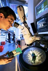 Am Puls der Zeit bleiben: Unternehmen aus der Kunststoffverarbeitenden Industrie bewerten die Weiterbildung in technischen Fachkompetenzen als unerlässlich (Bild: VDI / Thomas Ernsting)