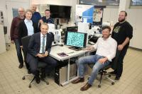 Die Deutsche Forschungsgemeinschaft fördert die Hochschule Aalen mit einem neuartigen experimentellen Lichtmikroskop – von mehr als 50 Antragstellern zählt sie zu den 13 Finalisten. Über diese tolle Nachricht freut sich Prof. Dr. Gerhard Schneider (links vorne) mit seinem Team, Bildhinweis: © Hochschule Aalen/ Saskia Stüven-Kazi