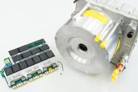 Beispiel einer im Fahrzeug verbauten Komponente: Platine mit REDCUBE Terminals von Würth Elektronik neben dem Gehäuse der E-Maschine / Bildquelle: Würth Elektronik