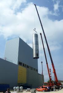 Logistikzentrum in Leipheim - Silos werden in den Siloturm gehängt - Außenansicht