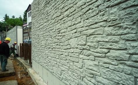 Einer ungleichmäßig gemauerten Natursteinwand ist die NOEplast Struktur Murus Romanus nachempfunden. Damit wurde der Wunsch des Denkmalschutzes erfüllt, die neuen Wände optisch dem Bestandsmauerwerk anzugleichen. (Foto: NOE-Schaltechnik, Süssen)