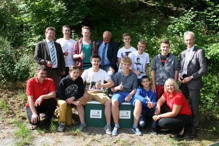 Zwei neue Betonsitze stehen nun in Weidenberg am Verlobungsgässchen. Darüber freuen sich die Beteiligten des Schulprojektes
