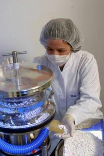 Pharmaceutical production: New pharmaceuticals are first manufactured on a smaller technical scale. During this process the later production conditions are simulated, and the manufacturing process and tablet composition are optimized