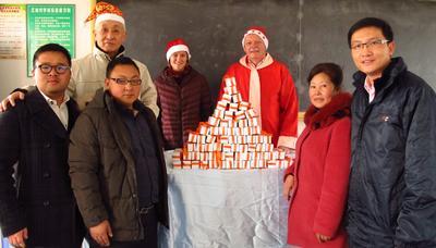 Simon Quian verteilt Geschenke in der Grundschule Haijin, China (vordere Reihe, von links nach rechts) Simon Qian (Chem-Trend China), der stellvertretende Schulleiter und die Schulleiterin, Kevin Sun (General Manager Chem-Trend China). (Hintere Reihe): Shen Qingquan (Mitarbeiter der Haijin Freudenberg School), Rolf Köhler (ehemaliger Leiter