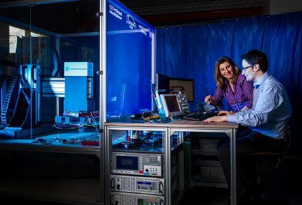 Ein Forscherteam des Instituts für Elektrische Energiewandlung (iew) der Universität Stuttgart um Prof. Dr. Nejila Parspour beschäftigt sich seit Jahren mit der induktiven Energieübertragung unter anderem von E-Fahrzeugen.
