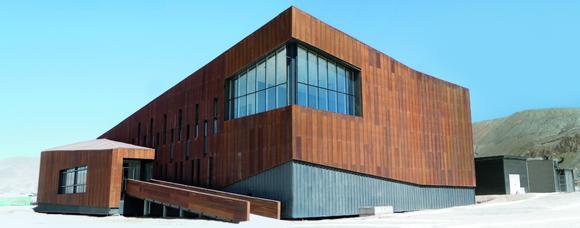 Administratives Zentrum des 126 Hektar großen Bergwerks ist das »Centro Integrado de Operaciones«, kurz CIO. Die Pfosten-Riegel-Konstruktion der Glasfronten ist eine Sonderkonstruktion, die auf dem Schüco System AOC 50 basiert. Die Ansichtsprofile sind an den Kanten abgeschrägt und mit 6,5 mm äußerst schmal gehalten. Bild: Schüco Internatio