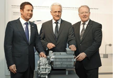 Die Zukunft der Elektromobilität war ein Schwerpunkt der Gespräche von Bundesverkehrsminister Dr. Peter Ramsauer (Mitte), dem Vorsitzenden der Brose Gruppe, Jürgen Otto (links), und Bundestagsabgeordneten Hans Michelbach (rechts)