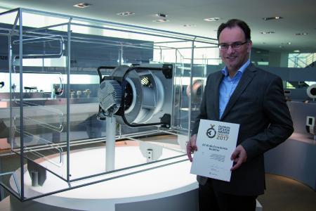 Stellvertretend für das Entwicklungsteam präsentiert Hartmut Messerschmidt die Urkunde