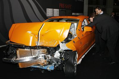 Crash-Fahrzeug mit geöffnetem Airbag