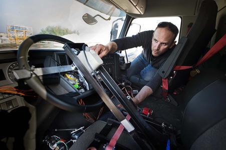"""""""Um die vollständige Kontrolle über den Lkw zu gewährleisten, mussten wir Lenkung, Gaspedal und Bremse mit genau derselben Präzision steuern können, als wenn er von einem echten Fahrer im Fahrerhaus gefahren würde"""", erklärt Alister Mazzotti, der Koordinator der Fernsteuerungseinheit / VOLVO TRUCKS Image and Film Gallery"""